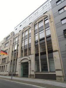 Die Fassade mit den Rundbögen in der Mohrenstraße 36 erinnern noch an das alte Kaufhaus.