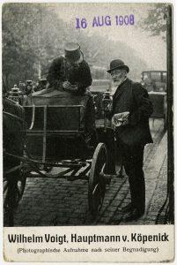 Durch Postkarten, Satiren und Gedichte verbreitete sich die Geschichte des Hauptmanns von Köpenick bis ins Ausland.