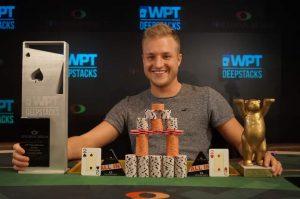 Poker Fan Daniel Szymanski aus Berlin sicherte sich den Turniersieg.