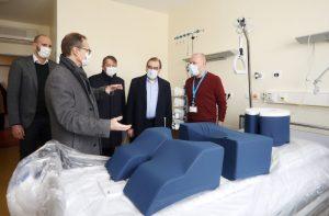 In der Charité besichtigt der Regierende Bürgermeister Michael Müller eine Intensivstation für Corona-Patienten.