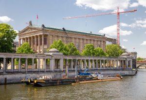 Die Kolonnaden der Museumsinsel Berlin werden als offener Saeulengang wieder in ihren Originalzustand versetzt.