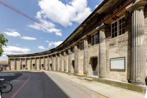 Die zweigeschossigen Einbauten sollen entfernt und die Säulen wieder freigestellt und restauriert werden.