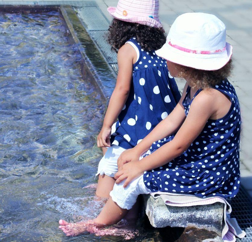Kinder lieben im Sommer die Berliner Wasserspielplätze.
