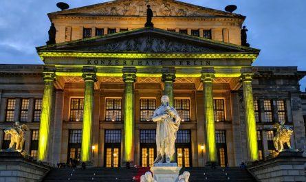 Auf der Freitreppe des Konzerthauses findet das Open Air Konzert statt.