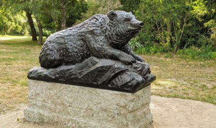Der Bär gehört zu den neu gegossenen Tierplastiken.