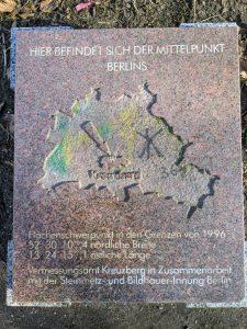 Die geografische Mitte Berlins zeigt dieser Stein in Kreuzberg an.