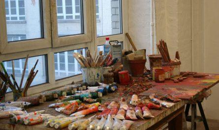Kunst in den Gerichtshöfen Wedding - ein Arbeitstisch im Atelier.