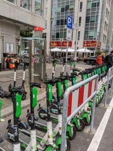 Abstellflächen für E-Scooter und Leihfahrräder sollen für mehr Ordnung auf der Straße sorgen. Foto: A. Strebe