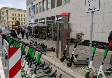 Abstellflächen für E-Scooter sollen für mehr Ordnung auf der Straße sorgen. Foto: A. Strebe