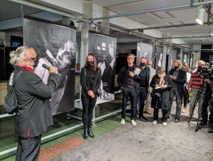 Künstler Sven Marquardt präsentiert seine großformatigen Werke im Foyer des Friedrichstadt-Palastes.