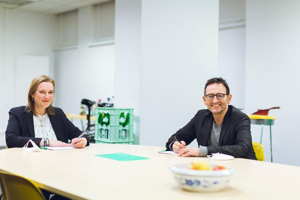 Pankows Wirtschaftsstadträtin Rona Tietje und Mittes Bezirksbürgermeister Stephan von Dassel unterzeichnen den Mietvertrag für das Modehaus.