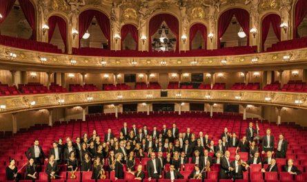 Für musikalischen Tapetenwechsel sorgt das Orchester der Komischen Oper.