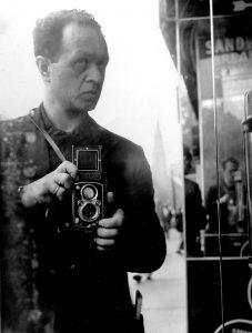 Teil der Bauzaun Ausstellung: Selbstporträt Fred Stein mit Rolleiflex um 1941.