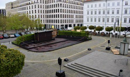 Die Open-Air-Spielstätte des Deutschen Theaters auf dem Vorplatz.
