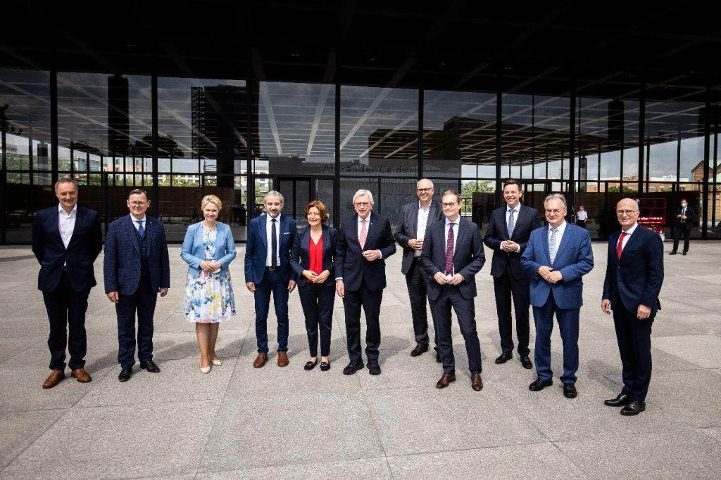 Unlängst begrüßte SPK-Präsident Hermann Parzinger die Ministerpräsidenten der Länder in der frisch sanierten Neuen Nationalgalerie. Foto: Florian Gaertner/photothek.de