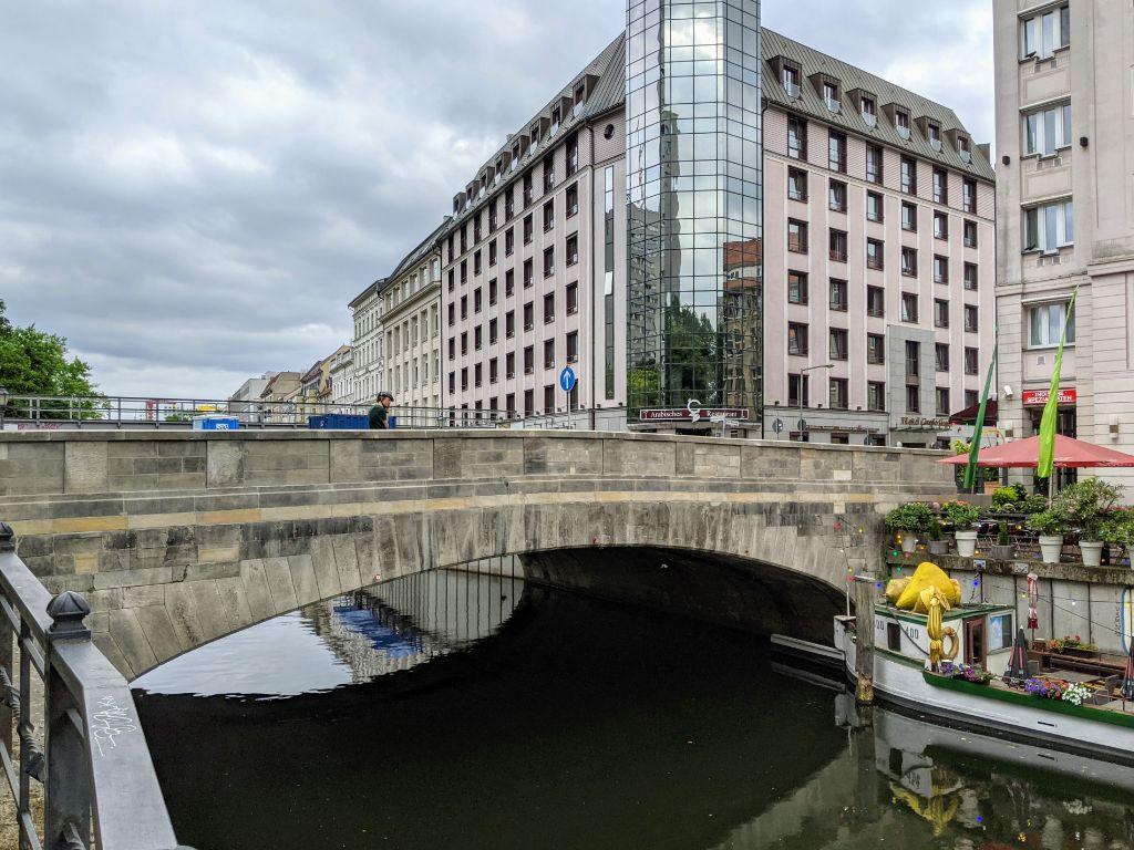 Die Roßstraßenbrücke über den Spreekanal an der Fischerinsel ist nach Sanierung wieder für den Verkehr freigegeben.
