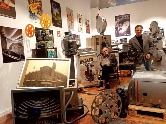 Jean-Pierre Gutzeit und Ed Zacharias (v.r.n.l.) freuen sich im Kinomuseum im ALEXA auf kinobegeisterte Besucher.
