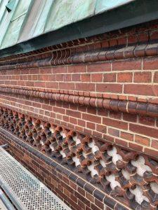 Das restaurierte Ziegelmauerwerk am Westbau.