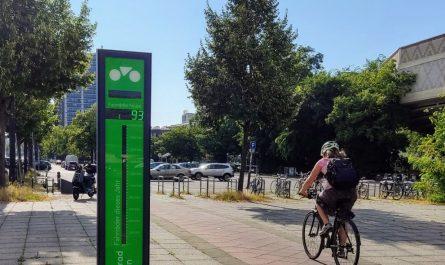Ein Fahrradbarometer steht an der Straße des 17. Juni