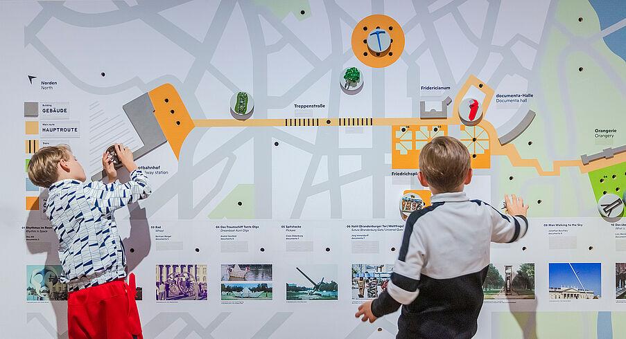 """Interaktive Station in der Ausstellung """"documenta. Politik und Kunst"""" © Deutsches Historisches Museum/ David von Becker"""